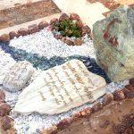 מצבות מיוחדות סוס ואותיות אמילי מזכוכית מודבקות על אבן צורתית מיוחדת